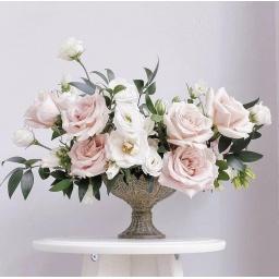 Arreglo con rosas rosadas y blancas
