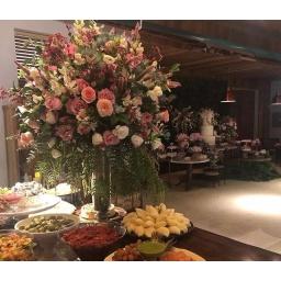 Arreglo grande con flores variadas en tonos rosados