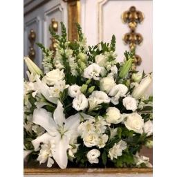 Arreglo mediano con flores blancas para decoración