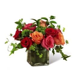 Base cuadrada con rosas rojas, fuxias y naranjas