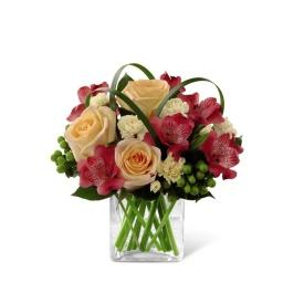 Base cuadrada de vidrio con rosas, astromelias y flores de estacion