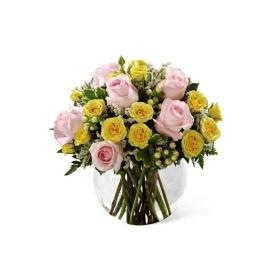 Burbuja con rosas amarillas y rosadas con follaje