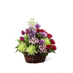 Canasta surtida con flores de estación