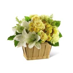 Canasta con flores amarillas y blancas