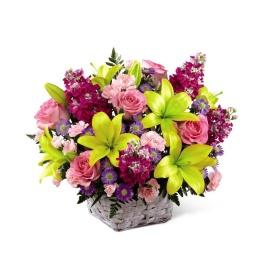 Canasta con flores de estacion
