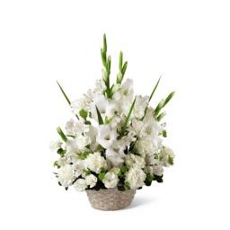 Canasta con flores variadas blancas