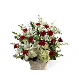 Canasta con rosas, liliums y flores blancas de estacion