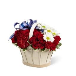 Canasta con rosas, claveles y margaritas