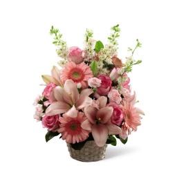 Canasta de liliums, gerberas y rosas en tonos rosados
