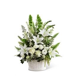 Canasta floral con flores blancas y follajes