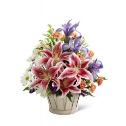 Canasta surtida con liliums y flores de estacion
