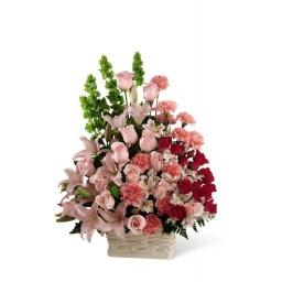 Canasta surtida con rosas, liliums, claveles y más rosas