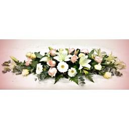 Centro de mesa alargado con rosas, lilums y gerberas