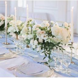 Centro de mesa alto con flores variadas blancas
