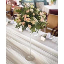 Centro de mesa alto con rosas colores claros