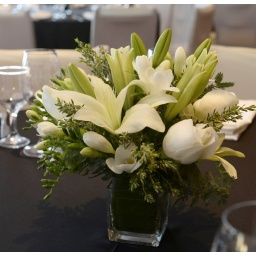 Centro de mesa con flores variadas blancas
