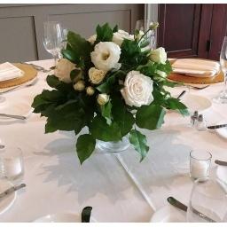Centro de mesa con rosas blancas y follaje