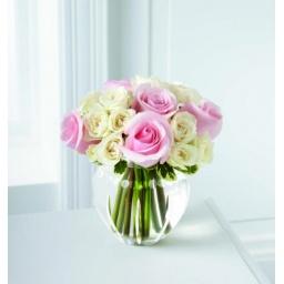 Burbuja de vidrio con rosas blancas y rosadas