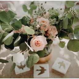 Centro de mesa con rosas salmón y follaje
