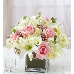 Centro de mesa en cubo de vidrio con flores variadas blanco y rosado