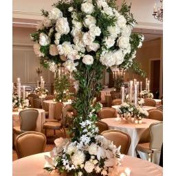 Centro de mesa grande con flores blancas