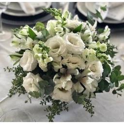 Centro de mesa redondo con flores blancas