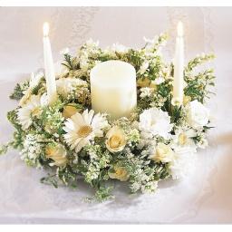 Centro de mesa redondo con flores blancas y velas