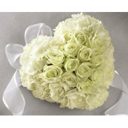Corazón de claveles blancos con centro de rosas