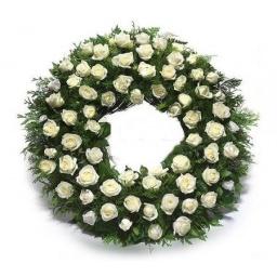 Corona redonda de rosas blancas