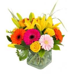 Cubo colorido con rosas, lilium y gerberas