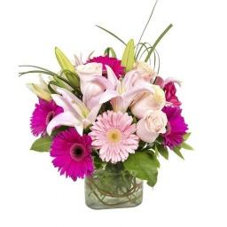 Cubo de vidrio con flores surtidas
