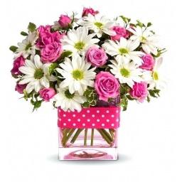 Cubo de vidrio con flores variadas rosadas y blancas