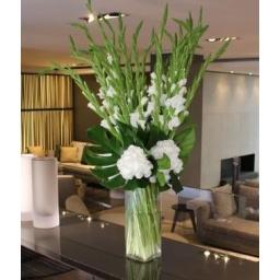 Florero alto con flores blancas