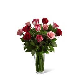 Florero con 12 rosas rojas y rosadas