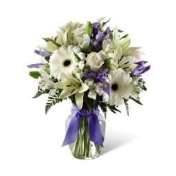 Florero con flores naturales blancas y lilas