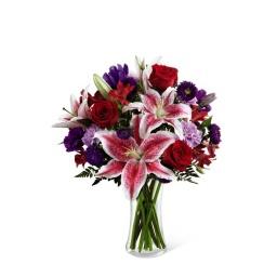 Florero con flores rojas y violetas