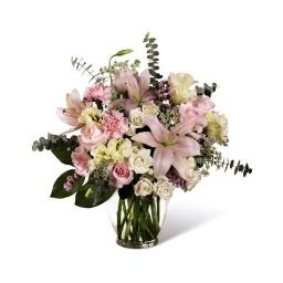 Florero con flores rosadas pálidas