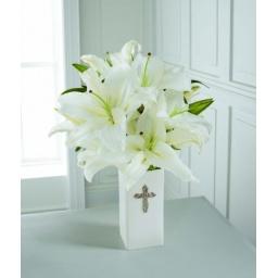 Florero de cruz con liliums blancos
