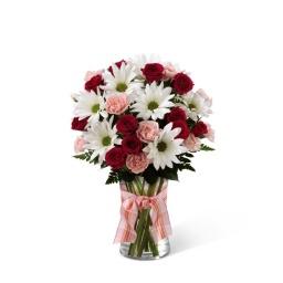 Florero con Margaritas blancas, rosas rojas y clavel rosado