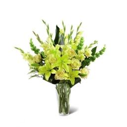 Florero con rosas liliums y gladiolos amarillo