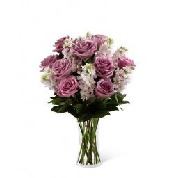 Florero con rosas y alelis en tonos lilas