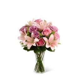 Florero con rosas y lilliums en tonos rosa