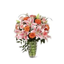 Florero con rosas y liliums en rosados