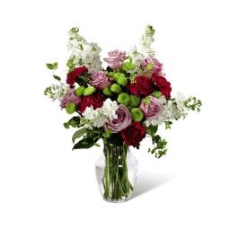 Florero en lilas, blancos y rojos con follajes