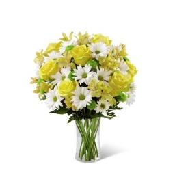 Florero primaveral en tonos blancos y amarillos