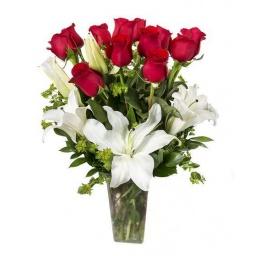 Florero romántico con rosas y liliums