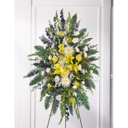 Palma de pie con flores naturales amarillas y blancas