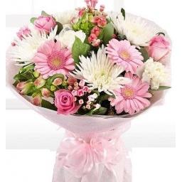 Ramo con flores de estación en rosa y blanco variadas