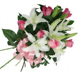 Ramo con rosas rosadas y liliums blancos