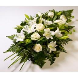 Ramo con flores en tonos blancos y crema